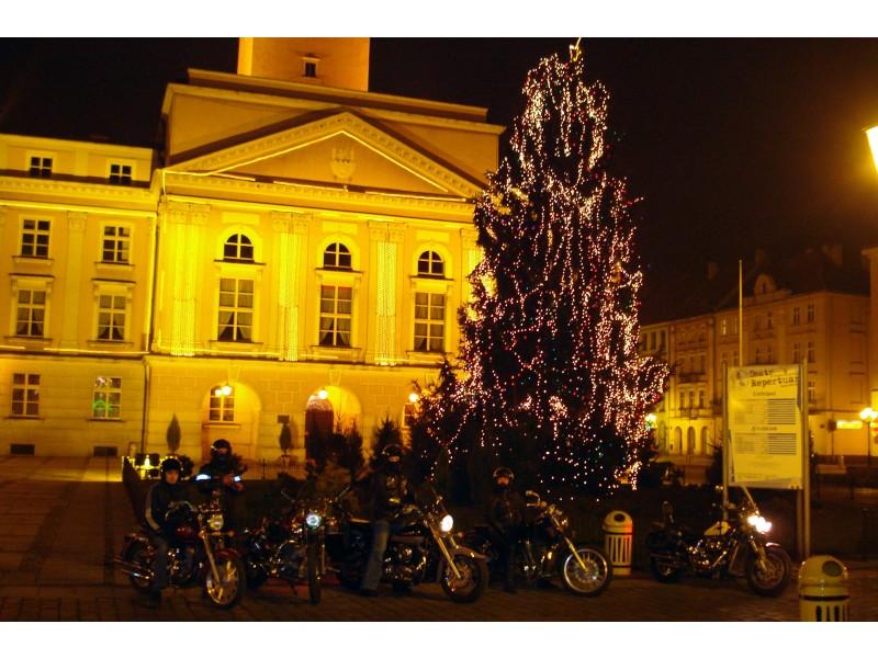 Ratusz w świątecznym ubraniu i grupa motocyklistów