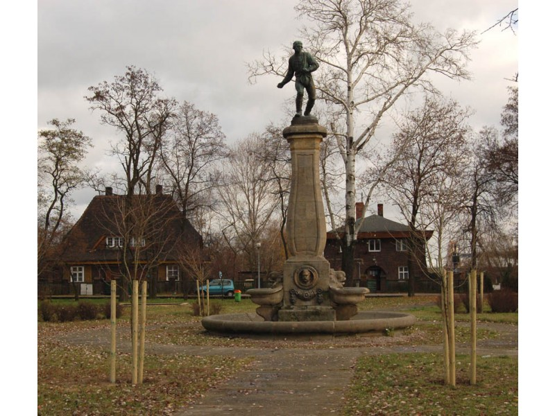 Fragment miastaLubonia z pomnikiem