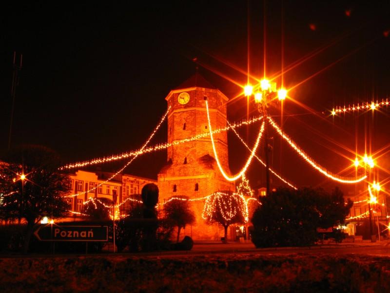 Świąteczny Żnin nocą