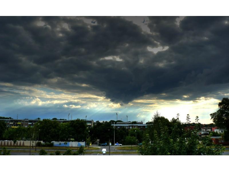 ciemne chmury nad miastem