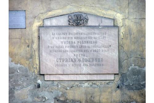 Tablica pamiątkowa na budynku