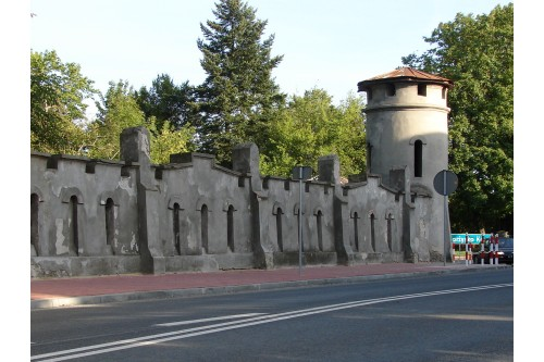 Zabytkowy mur parkowy