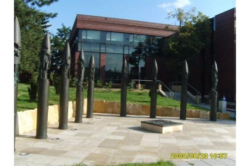 Pomnik przy bibliotece